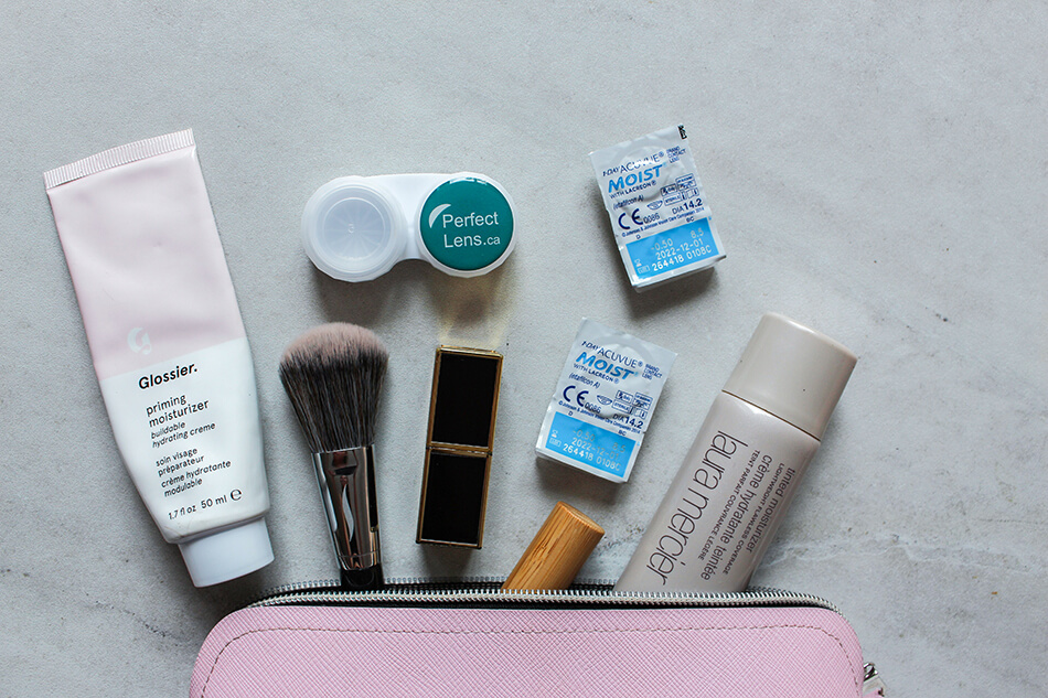 Travelling light makeup bag for toiletries